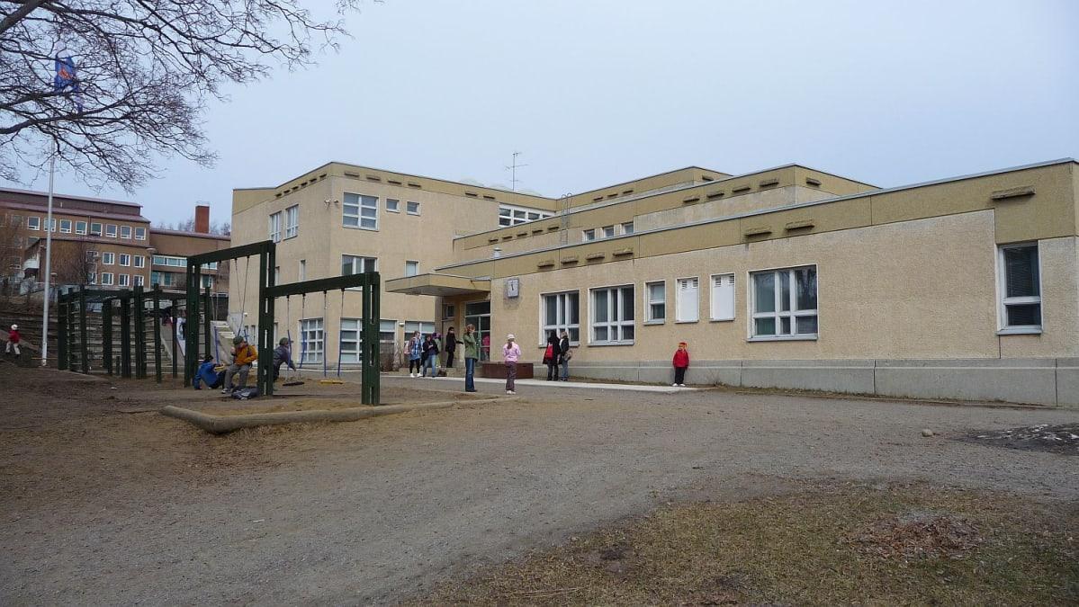 Kirjoitus Itä-Savossa lakkaavan normaalikoulun oppilaiden tulevaan koulupaikkaan liittyen
